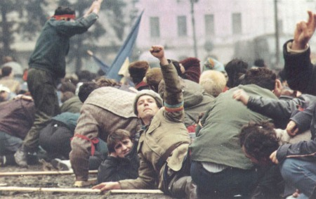 București,1989.Revoluționari plecați la sol în Piaţa Palatului