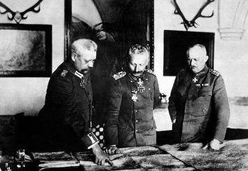 Generalii statului major: von Hindemburg(stânga),Lundendorff(dreapta) și Kaiserul German Wilhelm al II-lea (centru),1916.