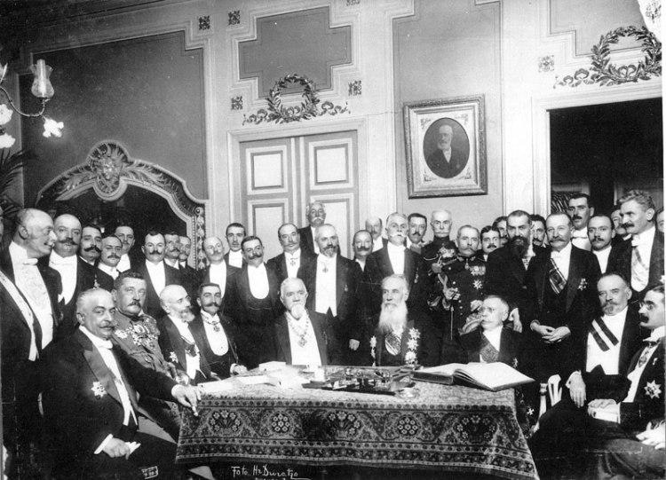 Membrii Sfatului Ţării, sala în care s-a semnat Actul Unirii Republicii Democrate Moldoveneşti cu România, 27 martie/9 aprilie 1918